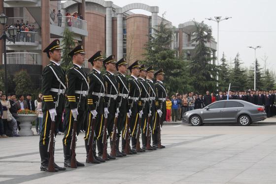 我校国旗护卫队赴郑州大学西亚斯国际学院进行队列表演