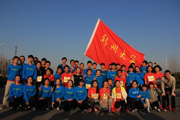 3月27日,2016中国郑开国际马拉松赛,在郑开大道和郑东新区开跑。来自32个国家和地区的4.9万名选手参加本届赛事。从十四个院系选拔的五十名学生组成郑州大学长跑队,代表学校参加半程马拉松赛,土木工程学院2013级学生孙小慧获得第12名,王雨弘获得第13名。 郑州大学学生工作部(处)高度重视学生全面发展,把体育竞技比赛作为提升学生身体素质及体育运动水平的重要抓手和载体,倡导广大学生踊跃参与郑开国际马拉松等体育运动赛事。学生工作部(处)认真组织选手的选拔和培养工作,通过学生报名、院系推荐等方式从十四个院(